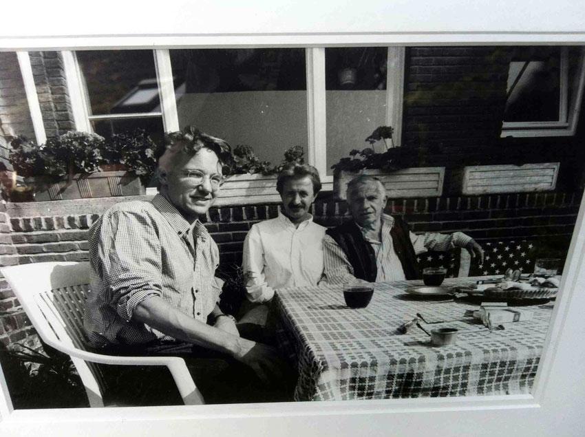 De ingelijste foto, gemaakt door Joop Schafthuizen, met v.l.n.r. Thom Hoffman, Louis Behre en Gerard Reve